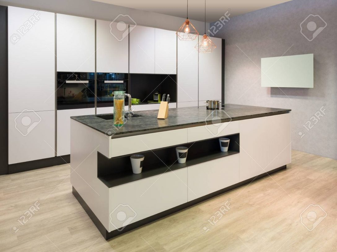 Large Size of Modern Flat White Kitchen With Cooking Island And Tv Küche Küche Modern Weiss