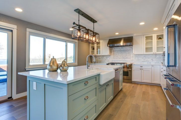 Beautiful Kitchen Room With Green Island And Farm Sink. Küche Küche Mintgrün