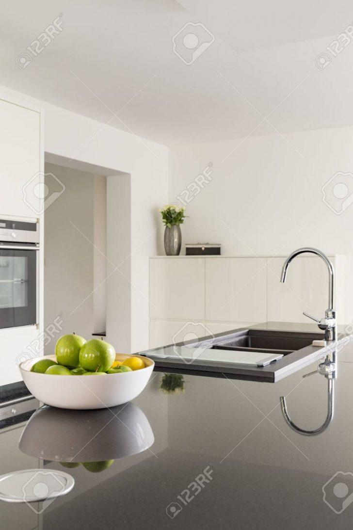 Medium Size of White Kitchen With Black Worktop Küche Küche Waschbecken