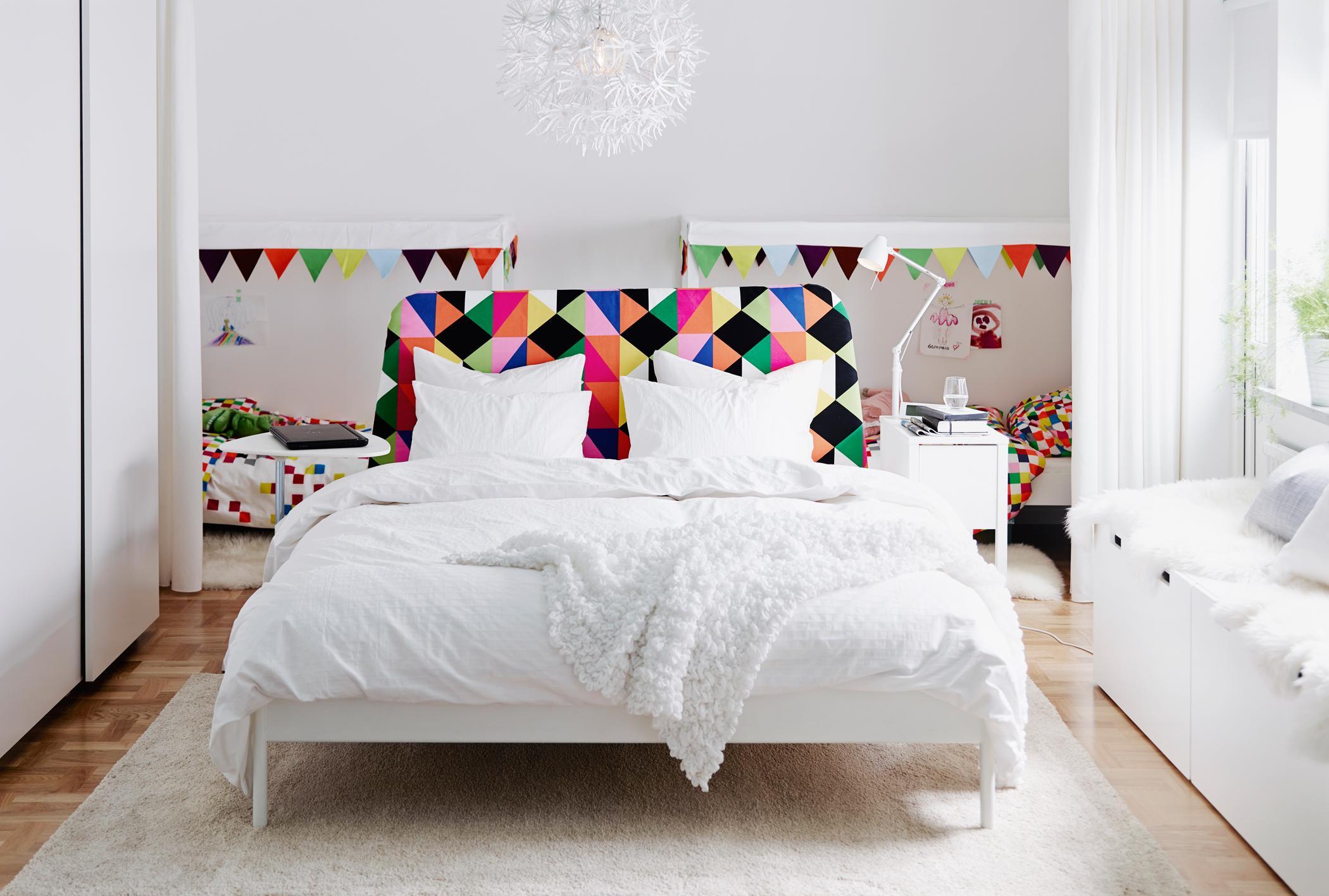 Full Size of Weißes Schlafzimmer Weies Mit Bunten Highlights Bettwsch Kommode Weiß Kronleuchter Landhausstil Eckschrank Deckenleuchten Wandtattoo überbau Bett 90x200 Schlafzimmer Weißes Schlafzimmer