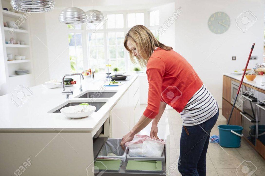Large Size of Abfallbehälter Küche Frau Singelküche Mit Tresen Landhaus Arbeitsplatte Wandbelag Alno Erweitern Grau Hochglanz Wandverkleidung Einbauküche Kaufen Küche Abfallbehälter Küche