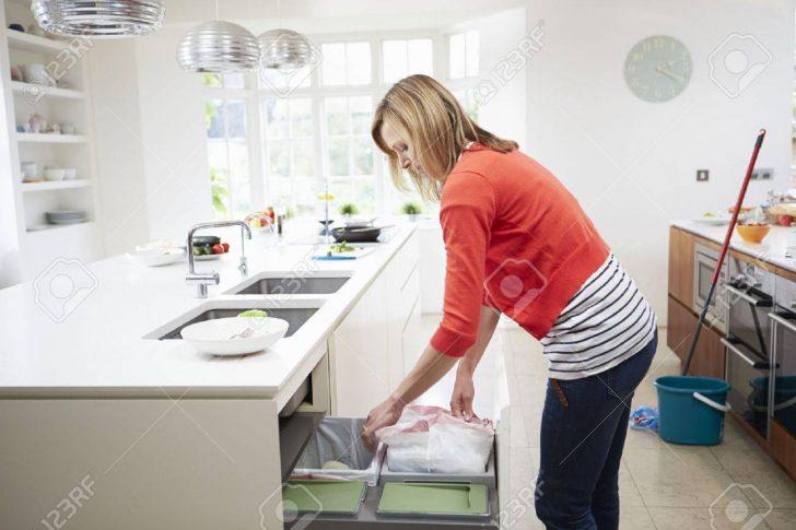 Medium Size of Abfallbehälter Küche Frau Singelküche Mit Tresen Landhaus Arbeitsplatte Wandbelag Alno Erweitern Grau Hochglanz Wandverkleidung Einbauküche Kaufen Küche Abfallbehälter Küche
