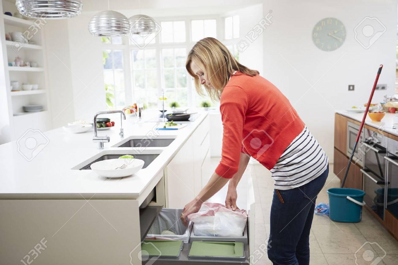 Full Size of Abfallbehälter Küche Frau Singelküche Mit Tresen Landhaus Arbeitsplatte Wandbelag Alno Erweitern Grau Hochglanz Wandverkleidung Einbauküche Kaufen Küche Abfallbehälter Küche