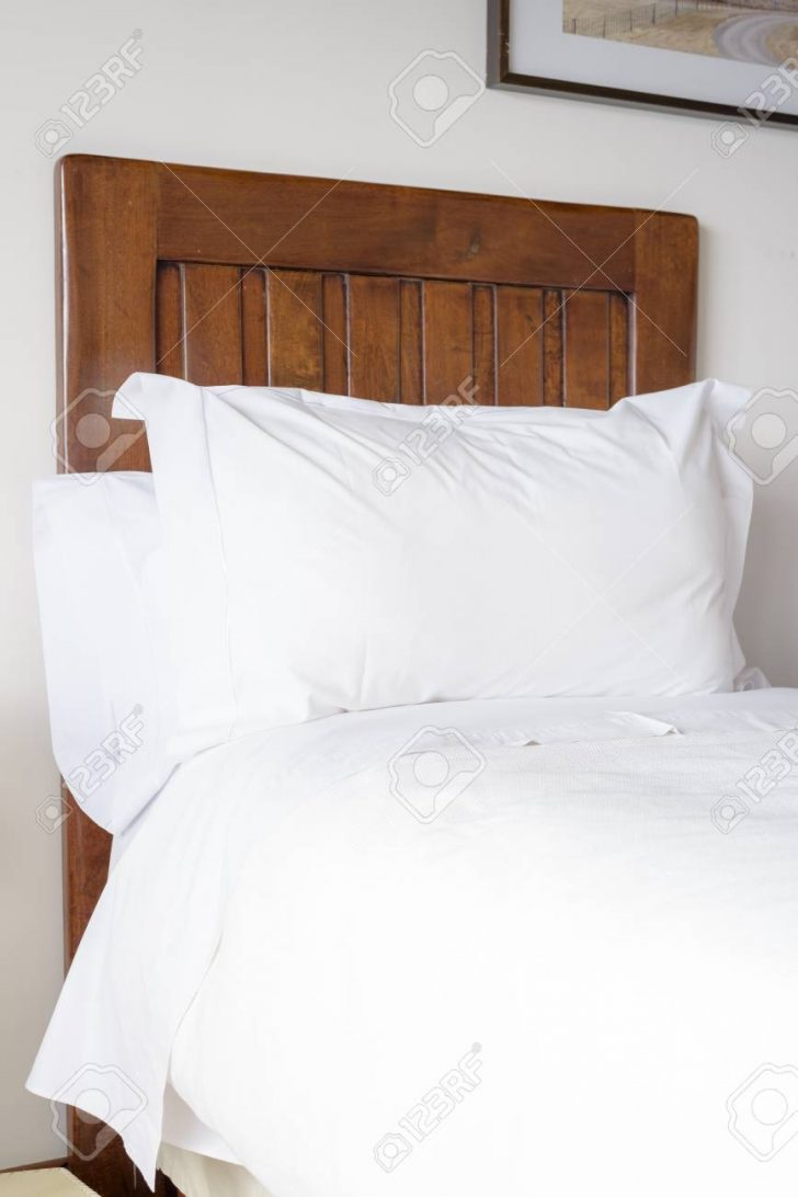 Medium Size of Weißes Bett Weies Kissen Und Auf Einem Bequemen Lizenzfreie Boxspring Hohes Kopfteil Betten 90x200 Sonoma Eiche 140x200 Balken Zum Ausziehen Bettkasten Bett Weißes Bett