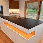 Granitplatten Küche Einbauküche Günstig Deko Für Rustikal Rückwand Glas Hochglanz Pantryküche Mit Kühlschrank Barhocker Elektrogeräten Buche Weiße Küche Küche Rustikal