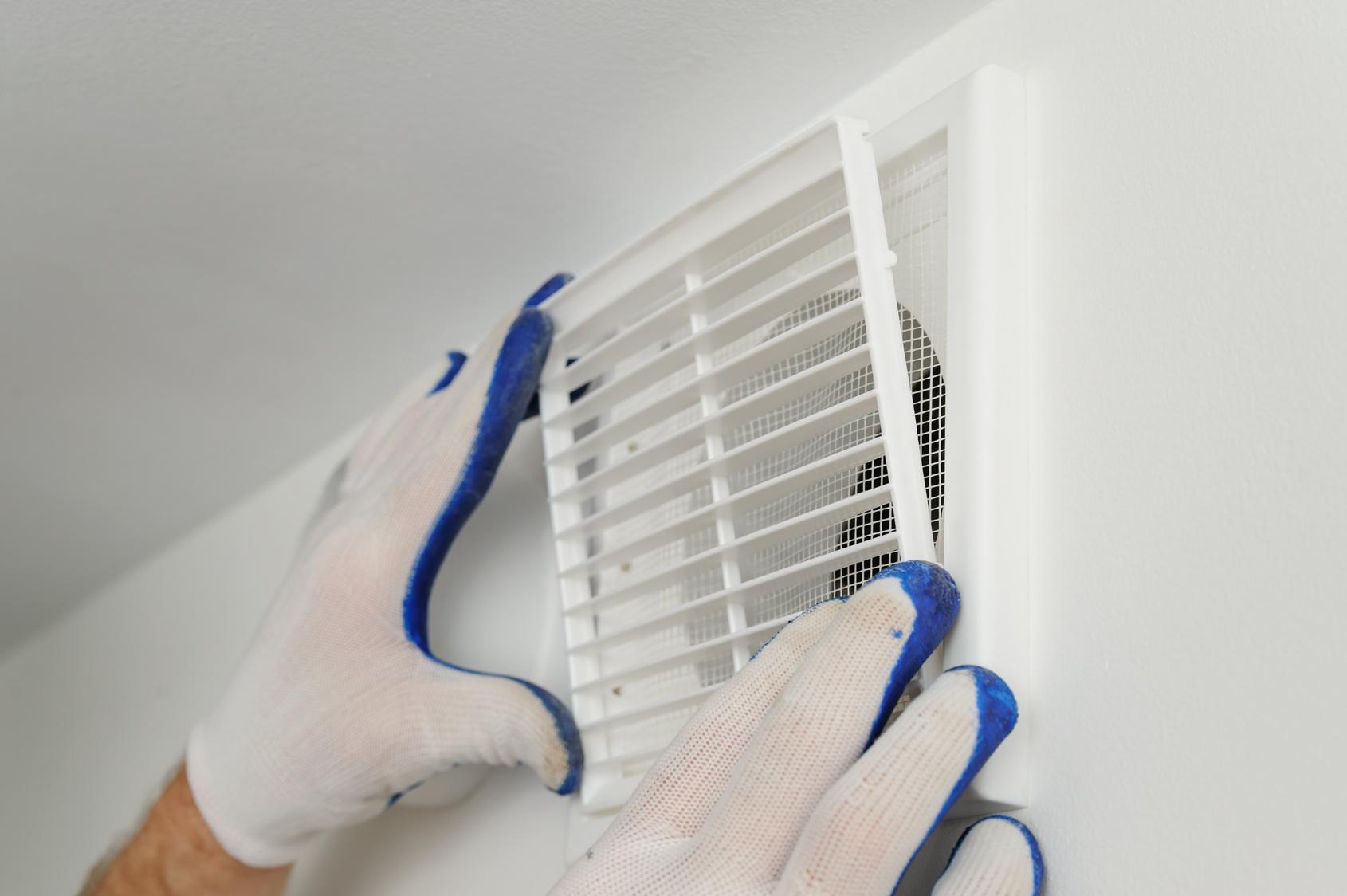Full Size of Worker Installs Ventilation Grille. Küche Lüftung Küche