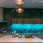 Eine Moderne Kche Mit Led Beleuchtung Aus Regalen Und Ein Warmes Bad Wohnzimmer Einbauküche L Form Rückwand Küche Glas Holz Weiß Pendelleuchten Küche Led Beleuchtung Küche