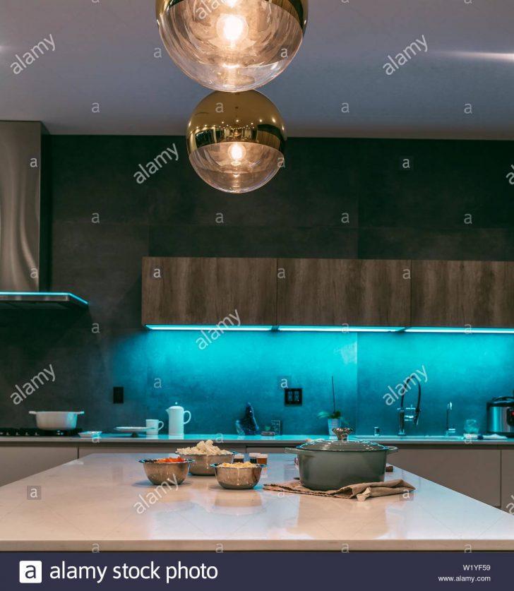 Medium Size of Eine Moderne Kche Mit Led Beleuchtung Aus Regalen Und Ein Warmes Bad Wohnzimmer Einbauküche L Form Rückwand Küche Glas Holz Weiß Pendelleuchten Küche Led Beleuchtung Küche