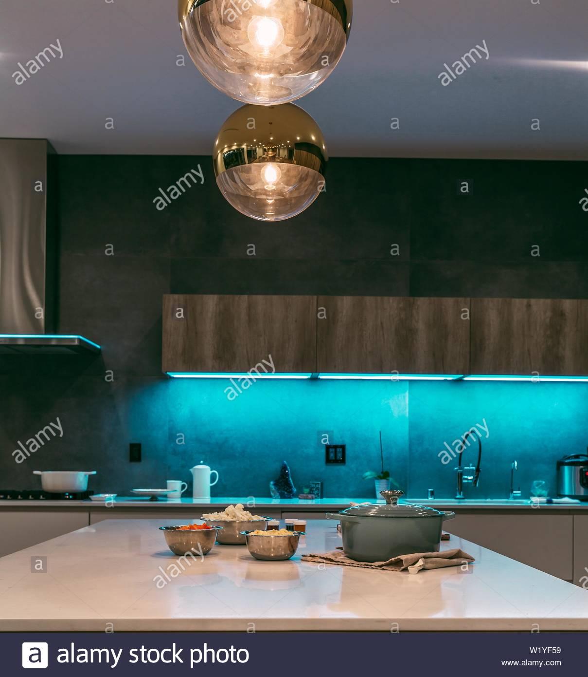Full Size of Eine Moderne Kche Mit Led Beleuchtung Aus Regalen Und Ein Warmes Bad Wohnzimmer Einbauküche L Form Rückwand Küche Glas Holz Weiß Pendelleuchten Küche Led Beleuchtung Küche