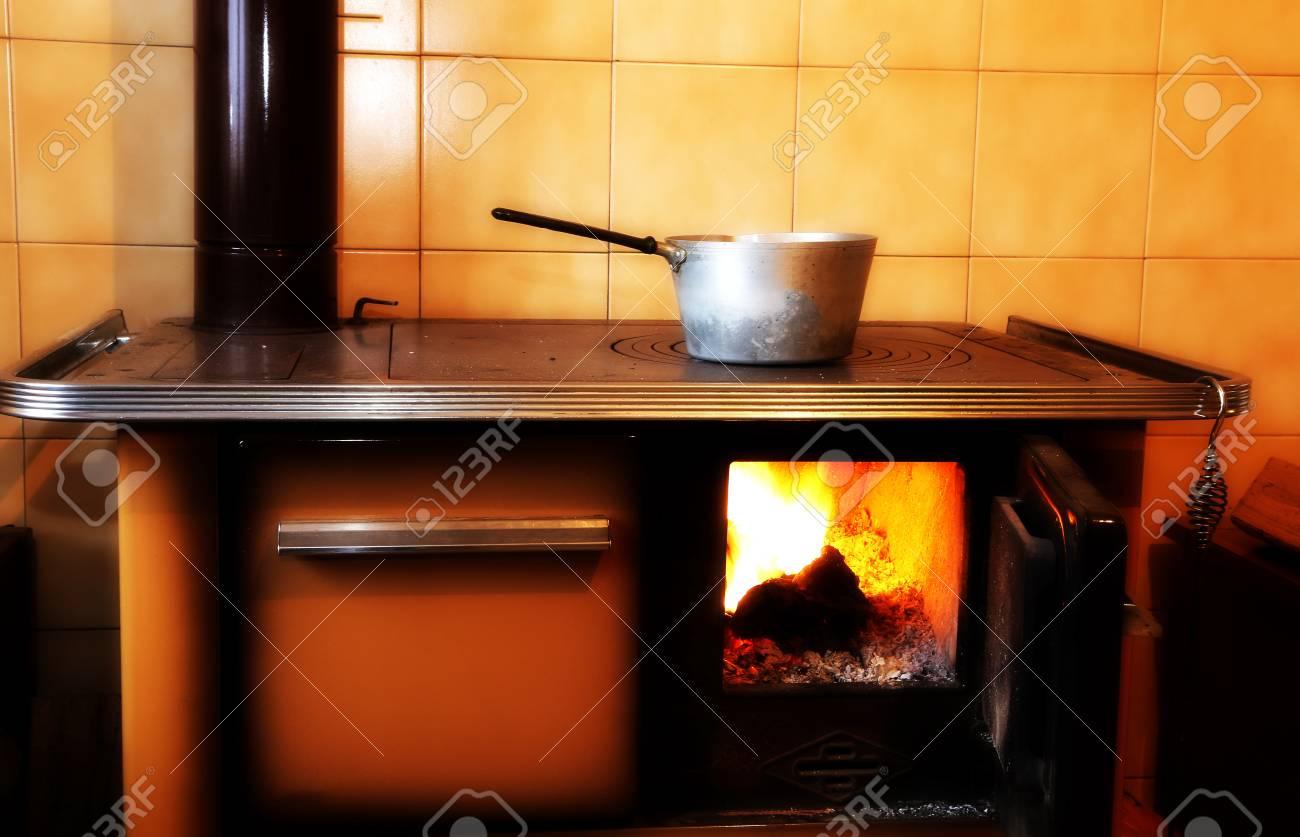 Full Size of Holzofen Küche Alte In Kche Von Bergheim Lizenzfreie Fotos Umziehen Türkis Doppel Mülleimer Obi Einbauküche Was Kostet Eine Landhausküche Armaturen Küche Holzofen Küche