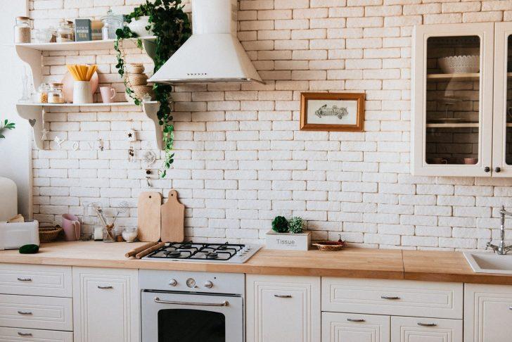 Medium Size of Eine Weie Kche Mit Einer Arbeitsplatte Aus Holz Ideen Zur Laminat In Der Küche Wasserhahn Blende Lüftungsgitter Hängeschrank Handtuchhalter Planen Küche Weiße Küche