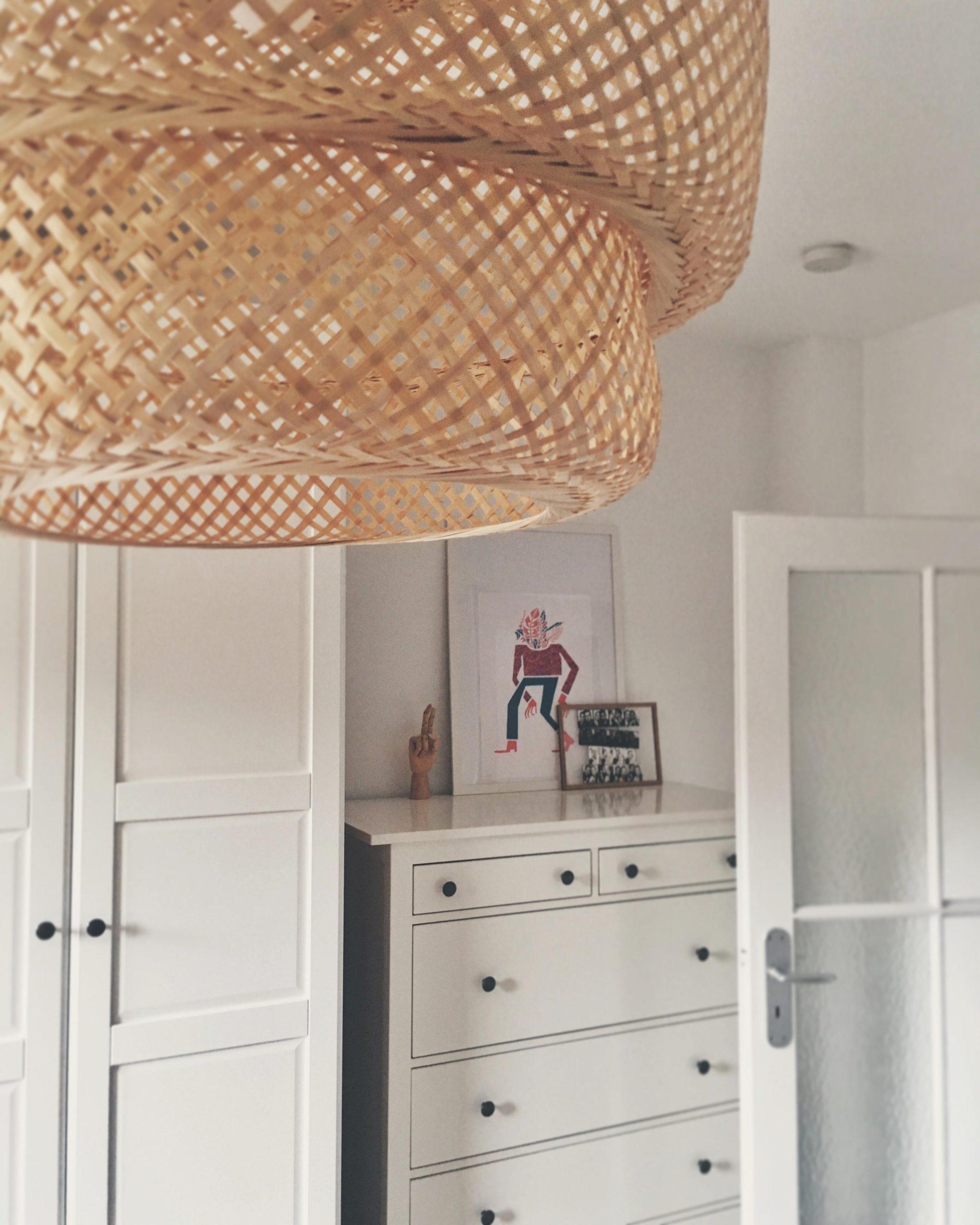 Full Size of Deckenlampe Schlafzimmer Deckenleuchte Holz Led Design Dimmbar Modern Skandinavisch Lampe Ikea E27 Deckenlampen Pinterest Groe Und Kleine Galerieecke Im Schlafzimmer Deckenlampe Schlafzimmer