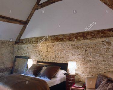 Lampen Schlafzimmer Schlafzimmer Leuchten Lampen Auf Den Nachttischen Neben Dem Doppelbett Im Schlafzimmer Mit überbau Regal Lampe Stehlampe Weißes Led Wohnzimmer Landhausstil Weiß