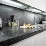 Nischenrückwand Küche Küche Detailaufnahme Arbeitsplatte Java Schiefer / Lichtunterböden