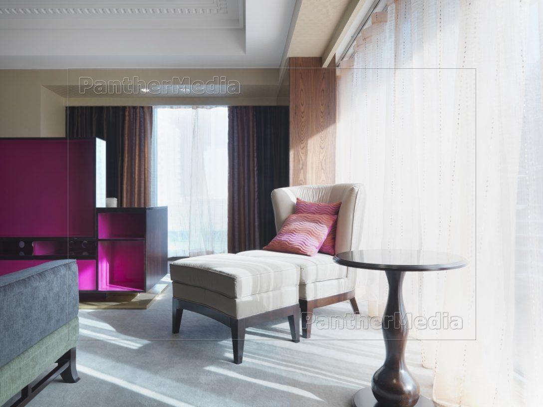 Large Size of Schlafzimmer Stuhl Und Ottomane Im Neben Fenster Lizenzfreies Mit überbau Günstige Komplett Massivholz Teppich Nolte Deckenlampe Wandtattoo Lampen Led Schlafzimmer Schlafzimmer Stuhl