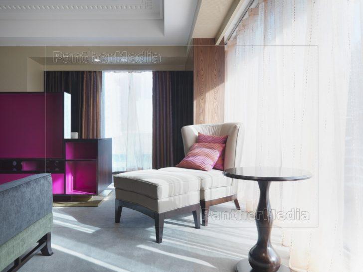 Medium Size of Schlafzimmer Stuhl Und Ottomane Im Neben Fenster Lizenzfreies Mit überbau Günstige Komplett Massivholz Teppich Nolte Deckenlampe Wandtattoo Lampen Led Schlafzimmer Schlafzimmer Stuhl