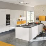 Weie Kche Mit Effektvollen Elementen In Gelb Tapeten Für Küche Ausstellungsstück Weißes Sofa Bett 90x200 Einzelschränke Tresen U Form Wasserhahn Bauen Küche Weiße Küche