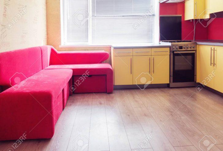 Medium Size of Yellow Kitchen With Cupboards, Window, Laminate And Red Soft Cou Küche Laminat In Der Küche