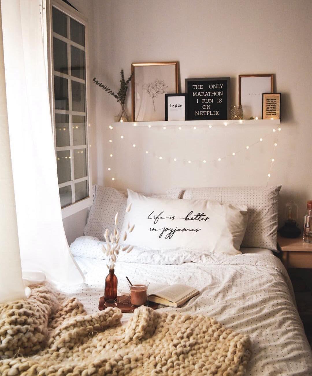 Full Size of Schlafzimmer Regal Weißes Schimmel Im Landhaus Stuhl Mit überbau Eckschrank Landhausstil Weiß Deckenleuchte Romantisches Bett Komplettes Modern Deckenlampe Schlafzimmer Romantische Schlafzimmer