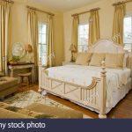 Amerikanisches Bett Selber Bauen Kaufen Hoch Amerikanische Betten Beziehen Kissen King Size Hlzerne Kingsize In Opulenten Schlafzimmer Stockfoto Hunde Weiss Bett Amerikanisches Bett