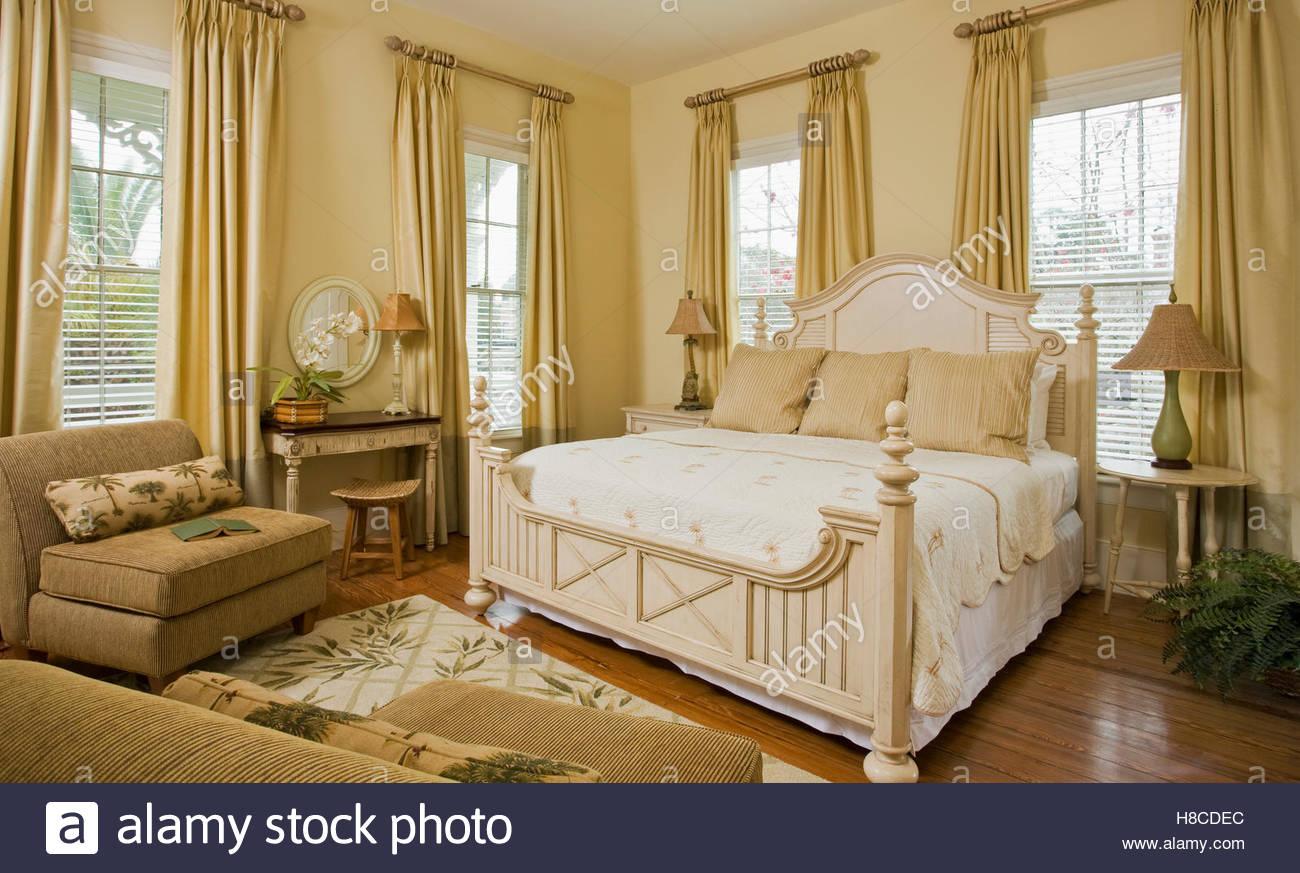 Full Size of Amerikanisches Bett Selber Bauen Kaufen Hoch Amerikanische Betten Beziehen Kissen King Size Hlzerne Kingsize In Opulenten Schlafzimmer Stockfoto Hunde Weiss Bett Amerikanisches Bett