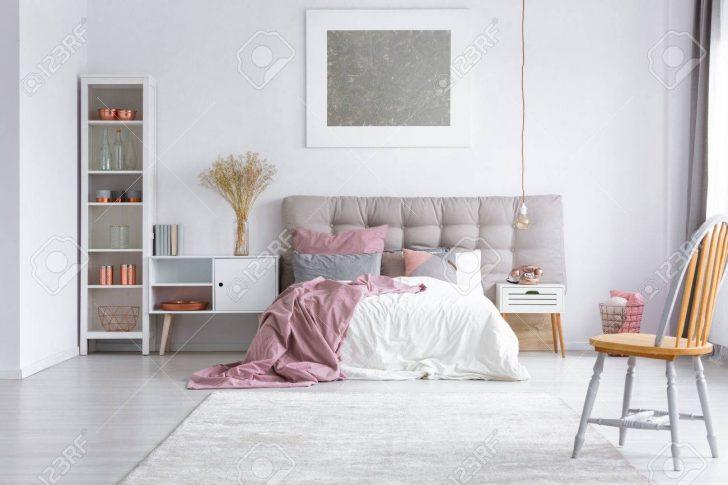 Medium Size of Orange Stuhl Auf Grauem Teppich Im Hellen Schlafzimmer Mit Lampe Klimagerät Für Nolte Tapeten Komplett Günstig Massivholz Wandleuchte Led Luxus Landhausstil Schlafzimmer Schlafzimmer Teppich