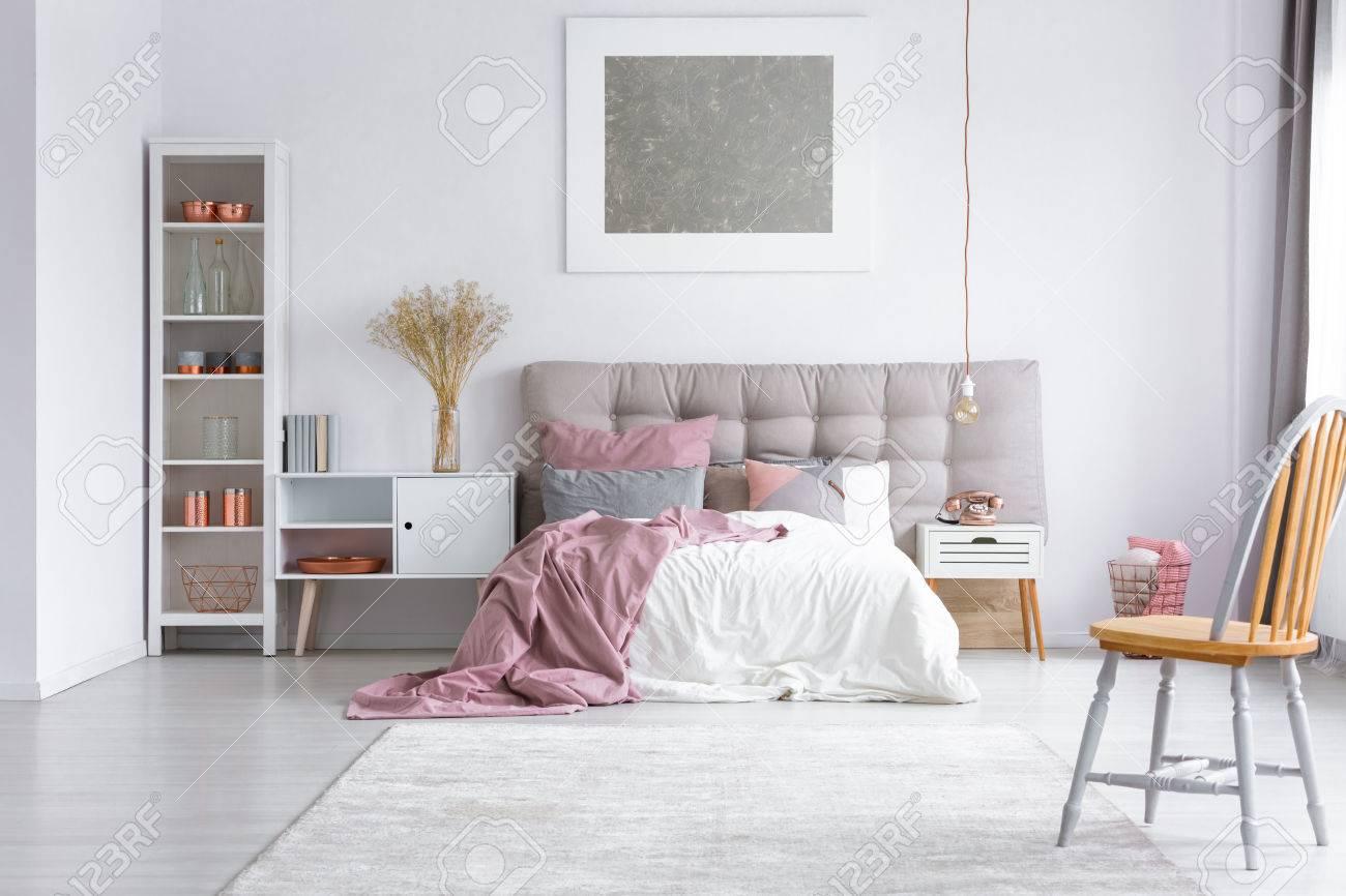 Full Size of Orange Stuhl Auf Grauem Teppich Im Hellen Schlafzimmer Mit Lampe Klimagerät Für Nolte Tapeten Komplett Günstig Massivholz Wandleuchte Led Luxus Landhausstil Schlafzimmer Schlafzimmer Teppich