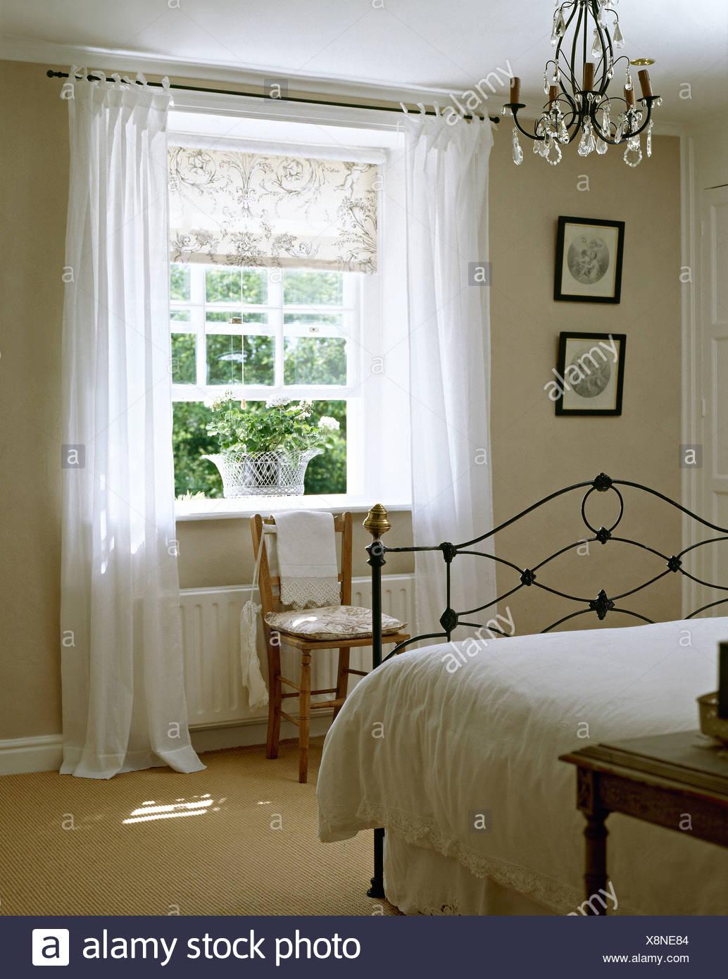 Full Size of Vorhänge Schlafzimmer Weie Bettwsche Auf Schmiedeeisen Bett In Blgrau Sessel Rauch Wandtattoo Stehlampe Günstige Tapeten Deckenleuchte Stuhl Regal Set Schlafzimmer Vorhänge Schlafzimmer