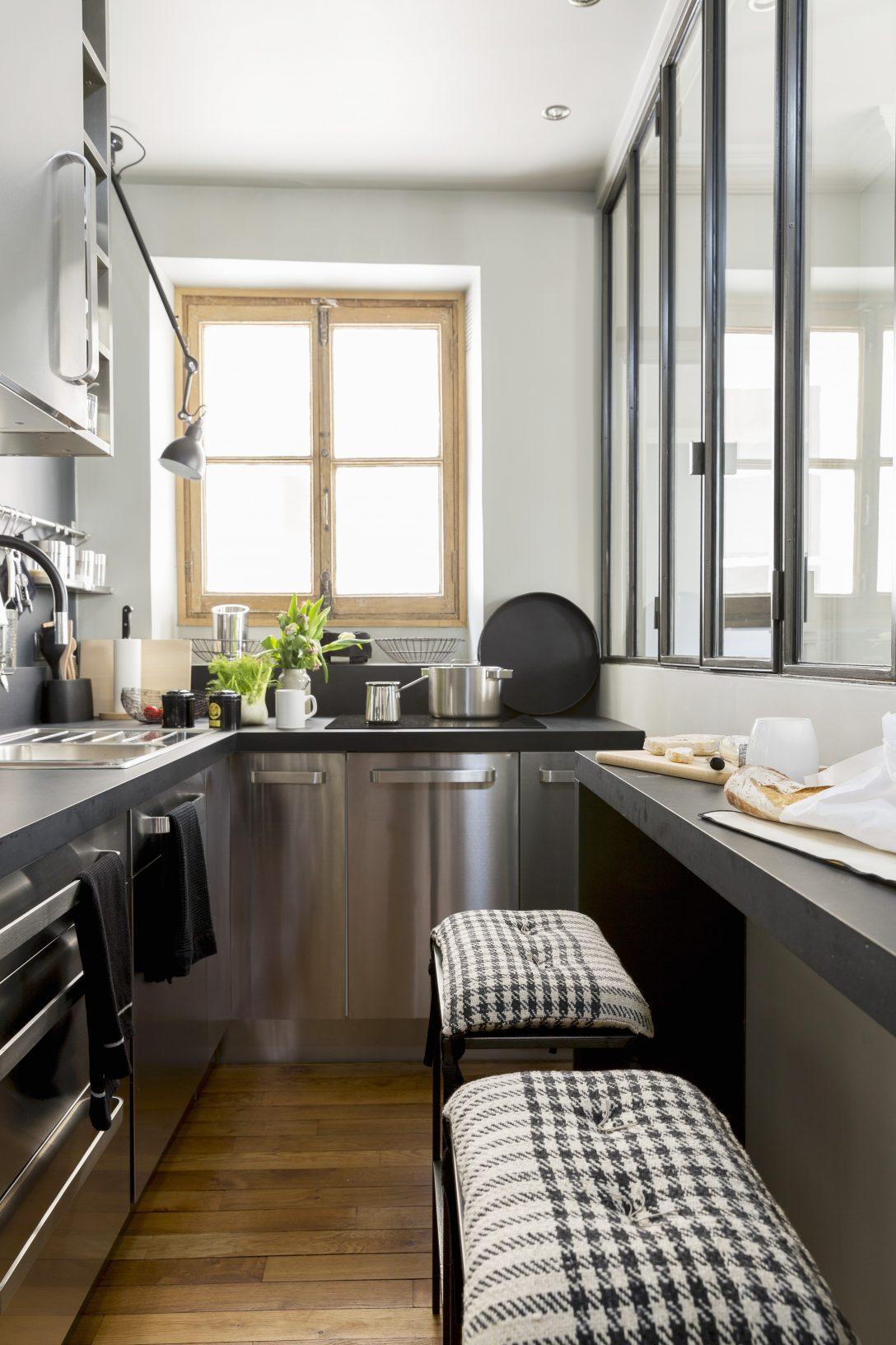 Large Size of Schmale Küche Mit Edelstahlfronten Und Barhockern Küche Küche Einrichten