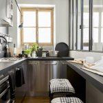 Schmale Küche Mit Edelstahlfronten Und Barhockern Küche Küche Einrichten