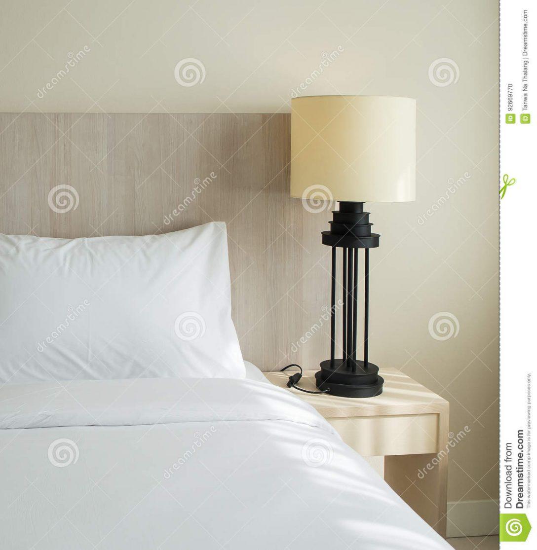 Large Size of Lampe Schlafzimmer Mit Auf Holztisch Stockfoto Bild Von Luxus Weißes Wohnzimmer Lampen Gardinen Tischlampe Stuhl Für Tapeten Günstige Schrank Teppich Bad Schlafzimmer Lampe Schlafzimmer