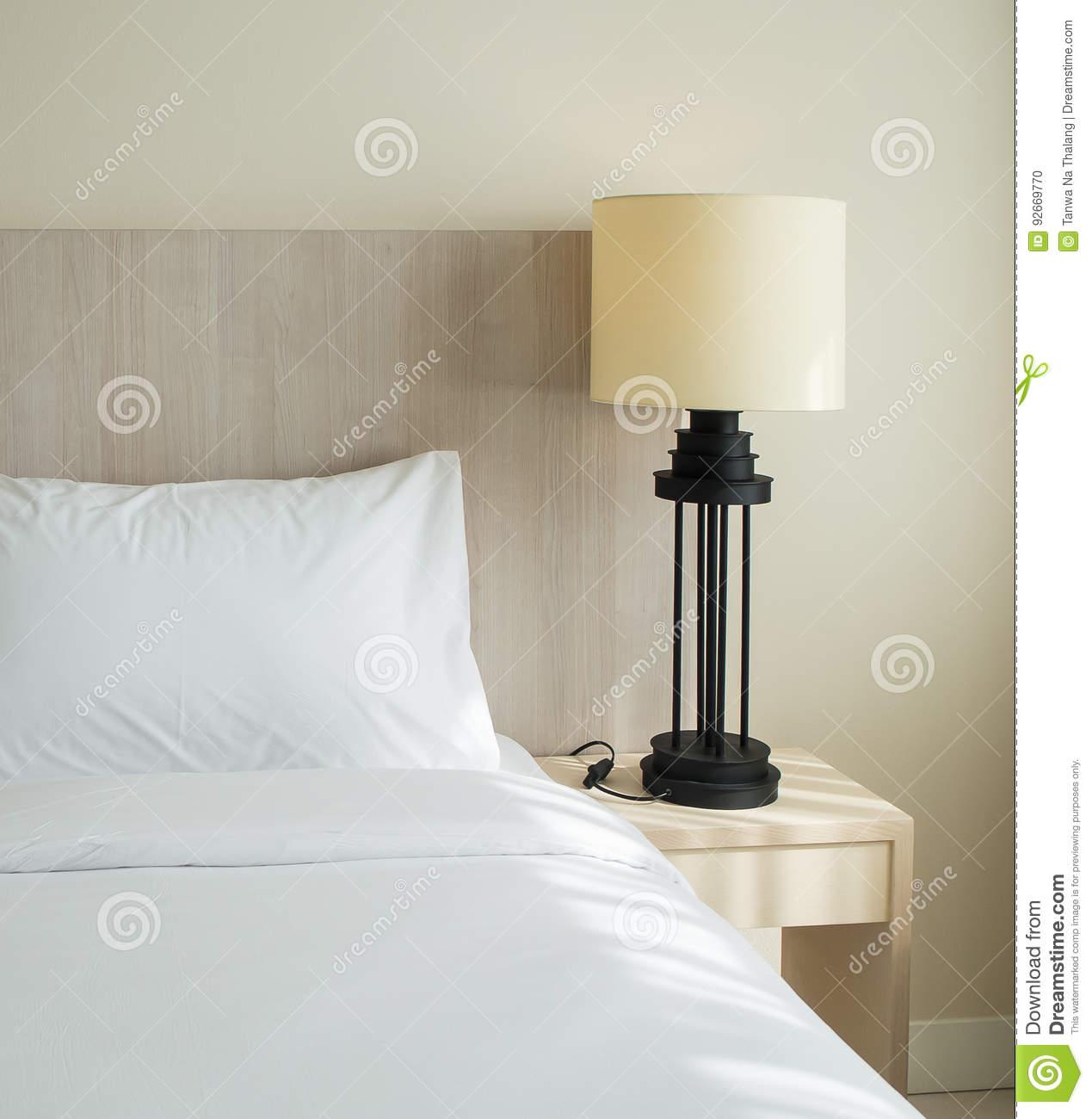 Full Size of Lampe Schlafzimmer Mit Auf Holztisch Stockfoto Bild Von Luxus Weißes Wohnzimmer Lampen Gardinen Tischlampe Stuhl Für Tapeten Günstige Schrank Teppich Bad Schlafzimmer Lampe Schlafzimmer