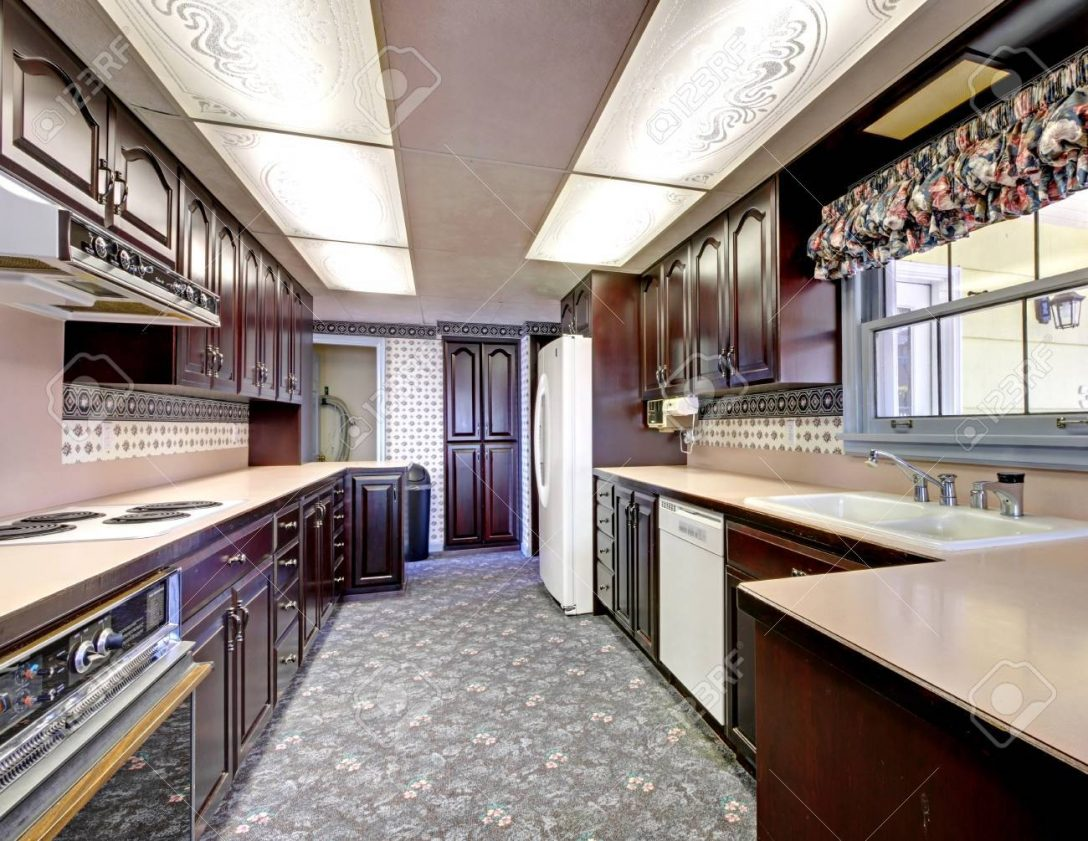 Large Size of Old Wood Narrow Kitchen With Carpet And Curtains. Küche Teppich Küche