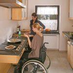 Barrierefreie Kche Aus Massivholz Fr Rollstuhlfahrer Die Eckbank Küche Pendeltür Winkel Wellmann Einbauküche Mit E Geräten Kaufen Holzküche Küche Behindertengerechte Küche