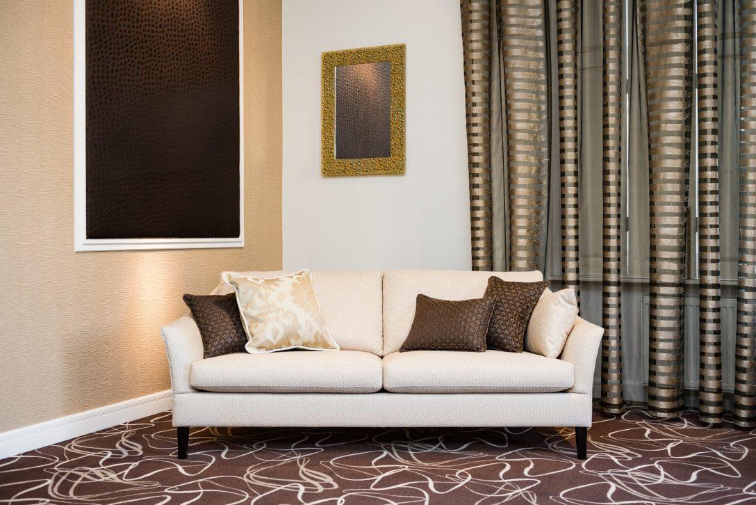 Large Size of Beige Sofa In Luxurious Living Room Wohnzimmer Vorhang Wohnzimmer