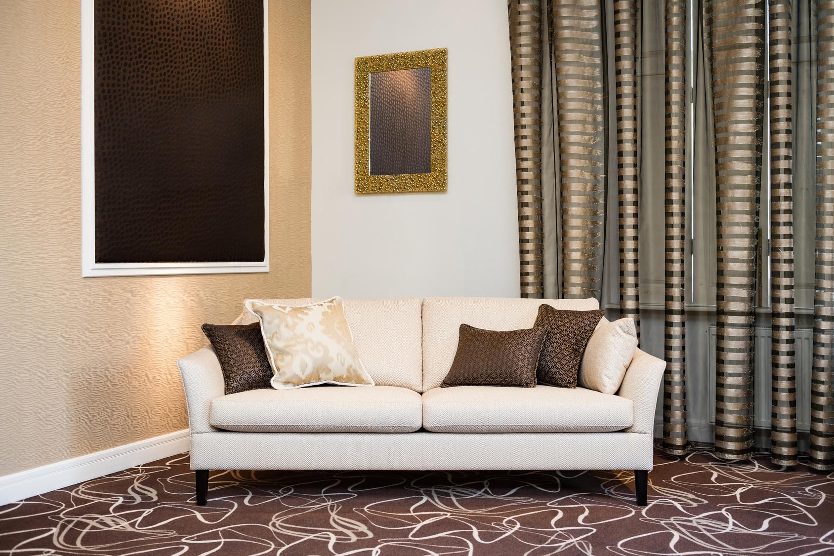 Full Size of Beige Sofa In Luxurious Living Room Wohnzimmer Vorhang Wohnzimmer