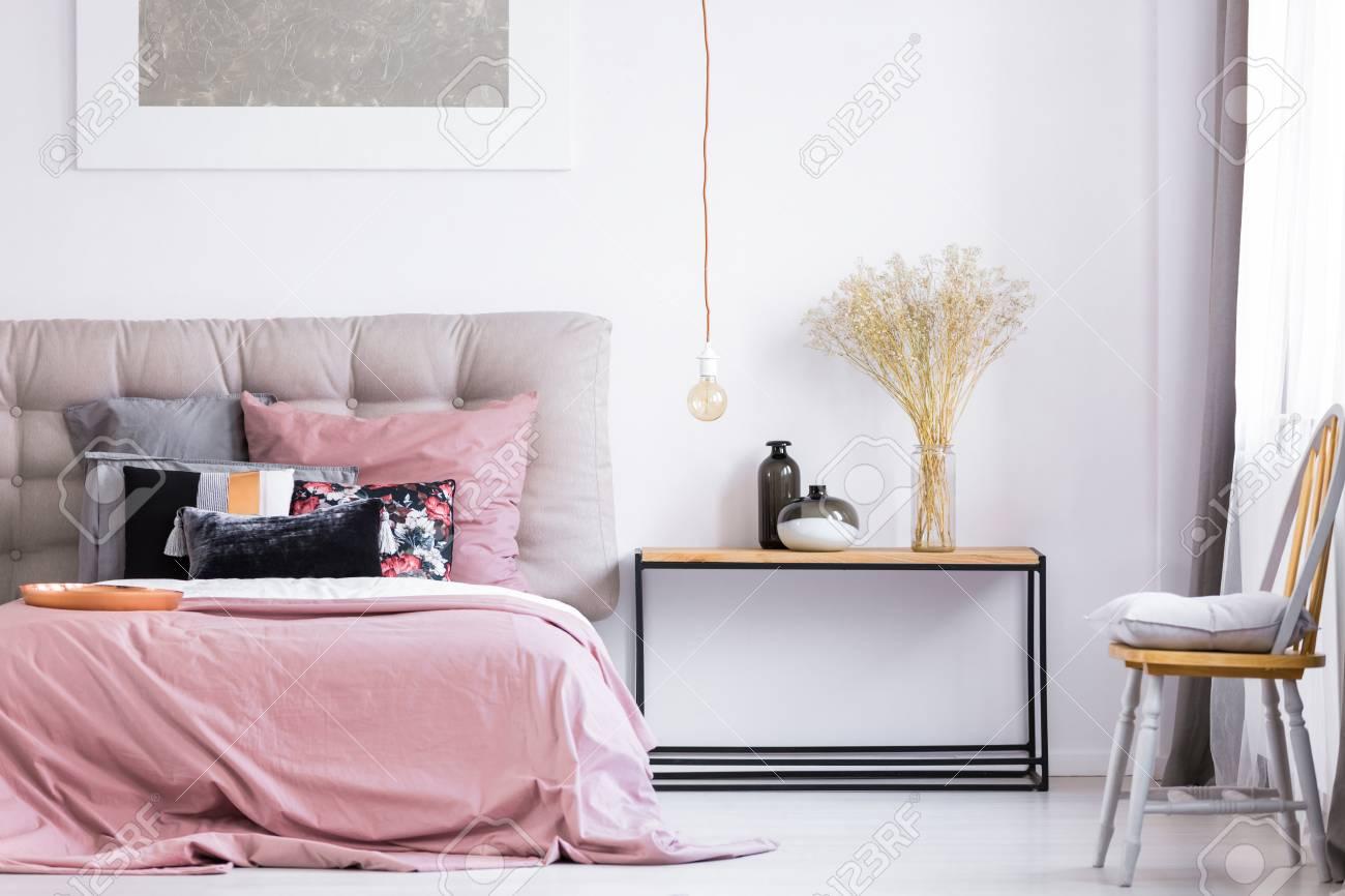 Full Size of Stuhl Für Schlafzimmer Graues Kissen Auf Orange Unter Fenster Im Sonnenschutz Schrank Komplett Guenstig Stehlampe Komplettangebote Klappstuhl Garten Sessel Schlafzimmer Stuhl Für Schlafzimmer