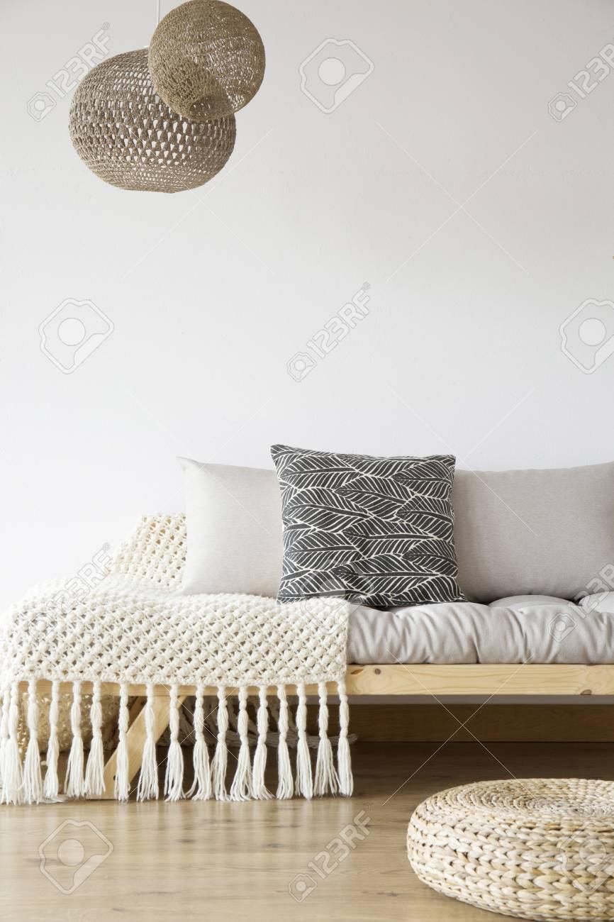Full Size of Lampen Schlafzimmer Gemusterte Auf Hlzernem Bett Rauch Kronleuchter Günstige Komplett Set Weiß Wandleuchte Lampe Schränke Mit Lattenrost Und Matratze Weiss Schlafzimmer Lampen Schlafzimmer