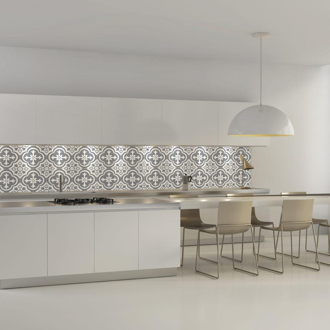 Large Size of Contemporary Minimal White Kitchen With Plastic Chairs Küche Wandfliesen Küche