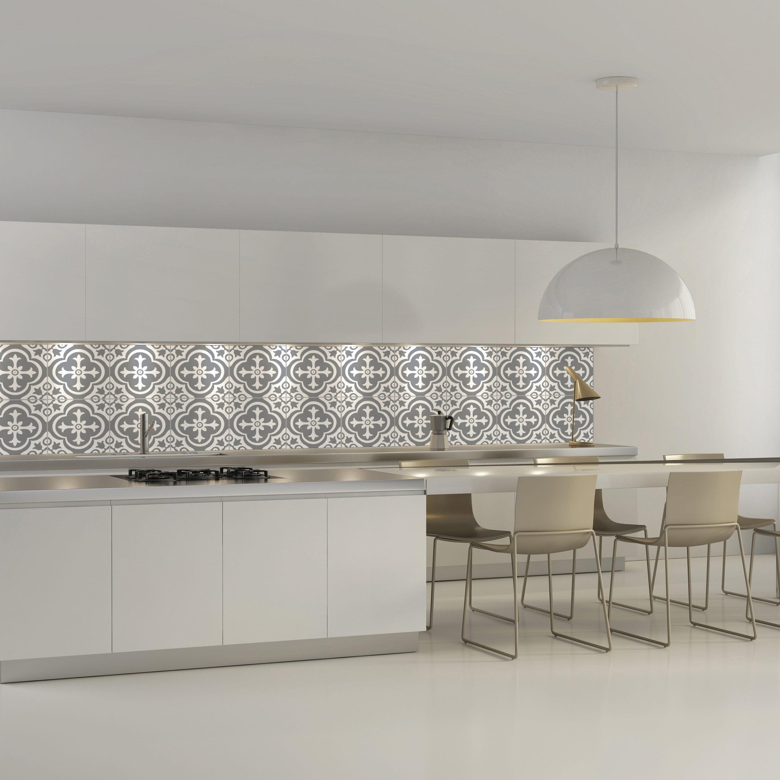 Full Size of Contemporary Minimal White Kitchen With Plastic Chairs Küche Wandfliesen Küche