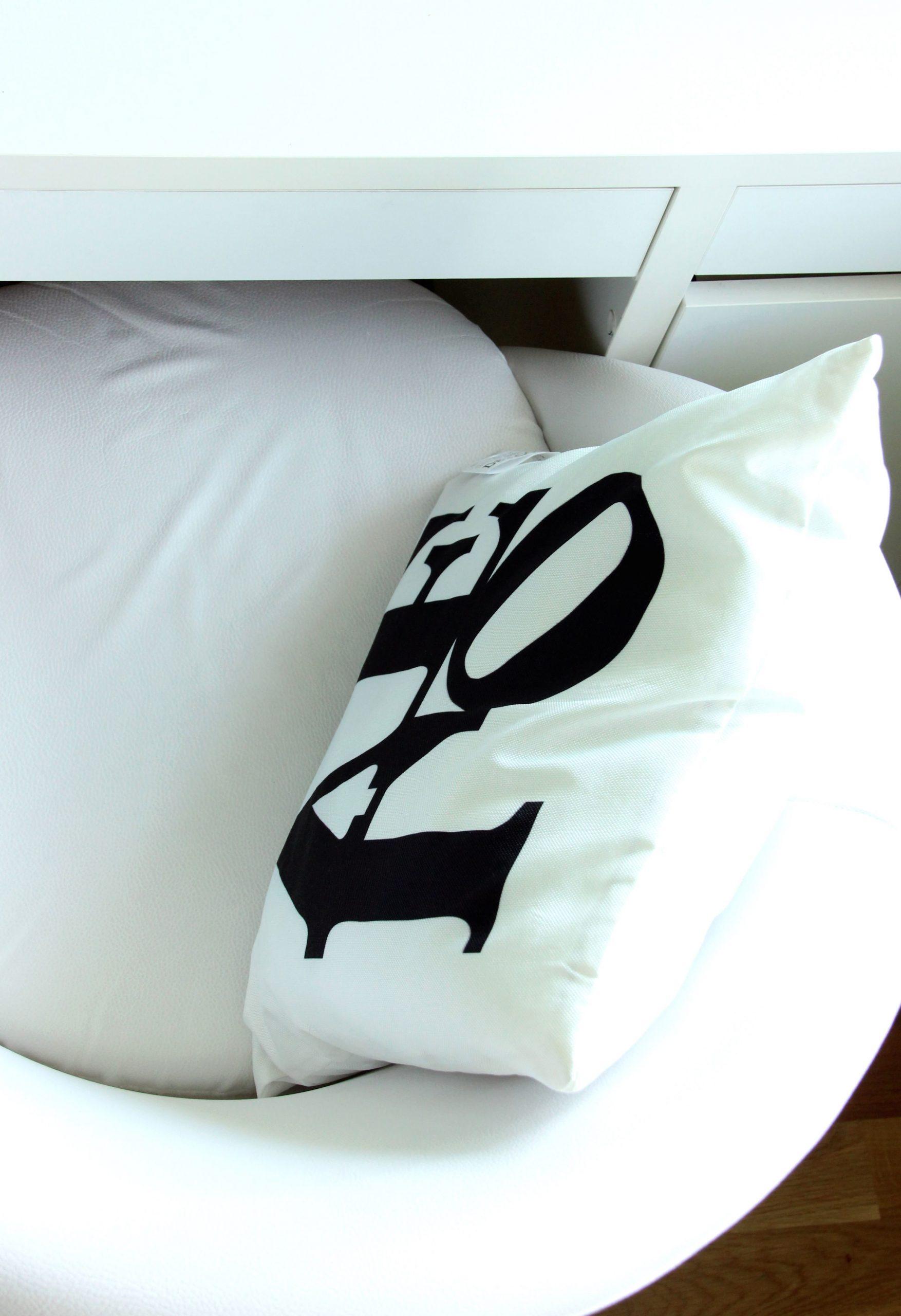 Full Size of Sessel Schlafzimmer Kostenlose Bild Luxus Landhausstil Weiß Wandtattoo Komplettes Komplett Günstig Set Mit Matratze Und Lattenrost Deckenleuchten Schlafzimmer Sessel Schlafzimmer