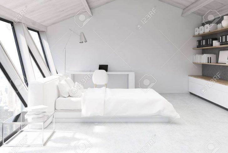 Weies Schlafzimmer Im Dachgeschoss Mit Einer Weien Weißes Bett Luxus Lampe Komplett Massivholz Set Weiß Stuhl Für Schränke Wiemann Wandleuchte Schimmel Schlafzimmer Weißes Schlafzimmer