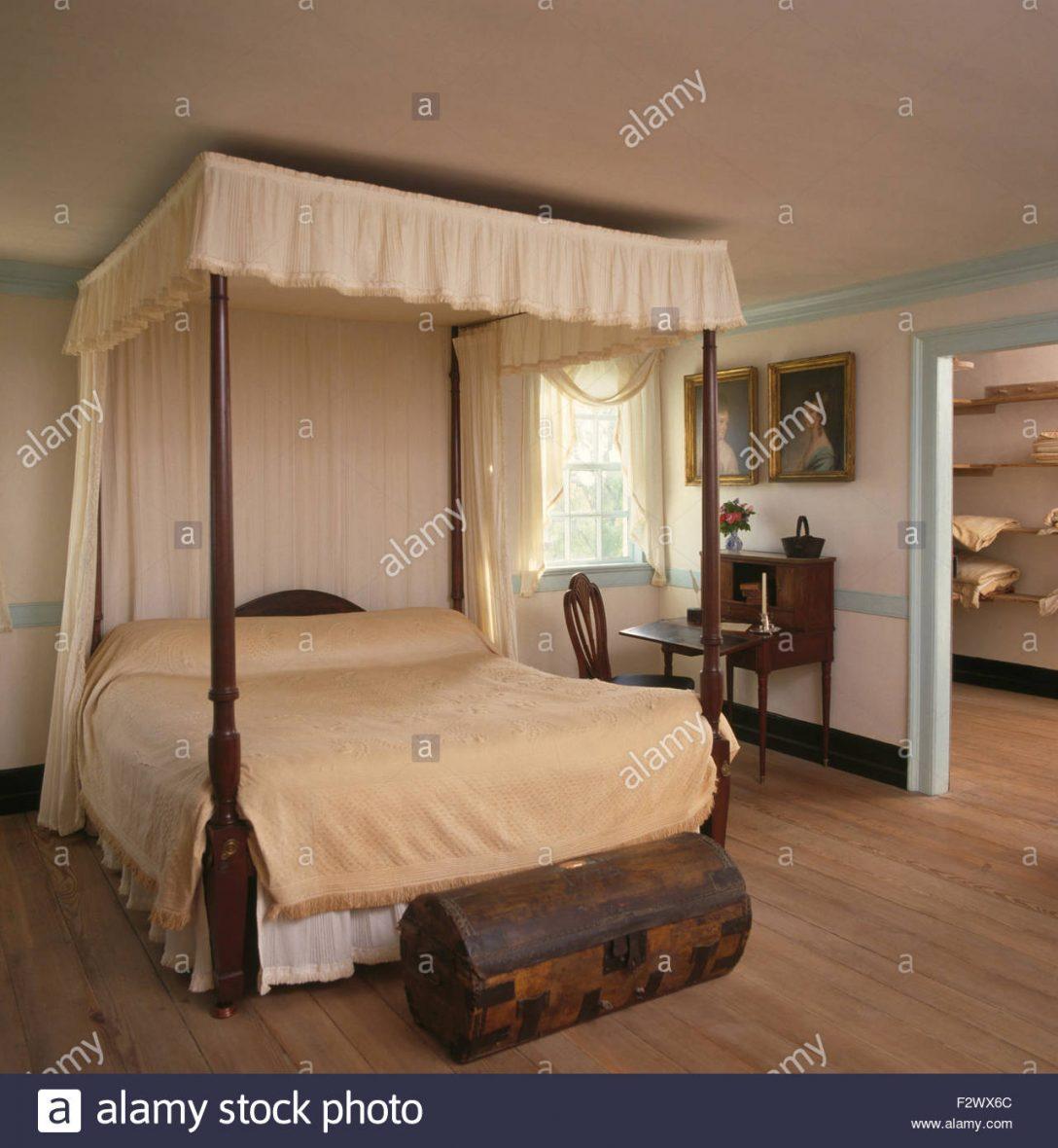 Large Size of Truhe Schlafzimmer Cremefarbene Vorhnge Und Bettwsche Auf Himmelbett Im Land Günstige Komplett Schranksysteme Deckenleuchte Weißes Vorhänge Set Mit Schlafzimmer Truhe Schlafzimmer