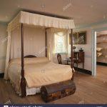 Truhe Schlafzimmer Cremefarbene Vorhnge Und Bettwsche Auf Himmelbett Im Land Günstige Komplett Schranksysteme Deckenleuchte Weißes Vorhänge Set Mit Schlafzimmer Truhe Schlafzimmer