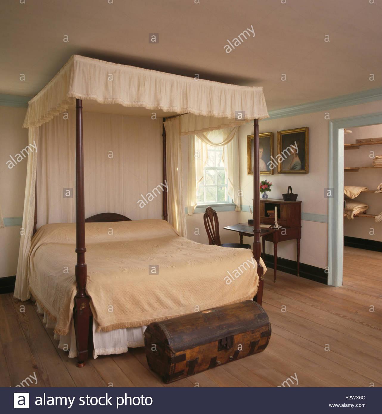 Full Size of Truhe Schlafzimmer Cremefarbene Vorhnge Und Bettwsche Auf Himmelbett Im Land Günstige Komplett Schranksysteme Deckenleuchte Weißes Vorhänge Set Mit Schlafzimmer Truhe Schlafzimmer