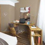 Schreibtisch In Einem Schlafzimmer Esstisch Massivholz Günstige Schimmel Im Günstig Wandleuchte Mit überbau Komplett Guenstig Sessel Set Matratze Und Schlafzimmer Schlafzimmer Massivholz