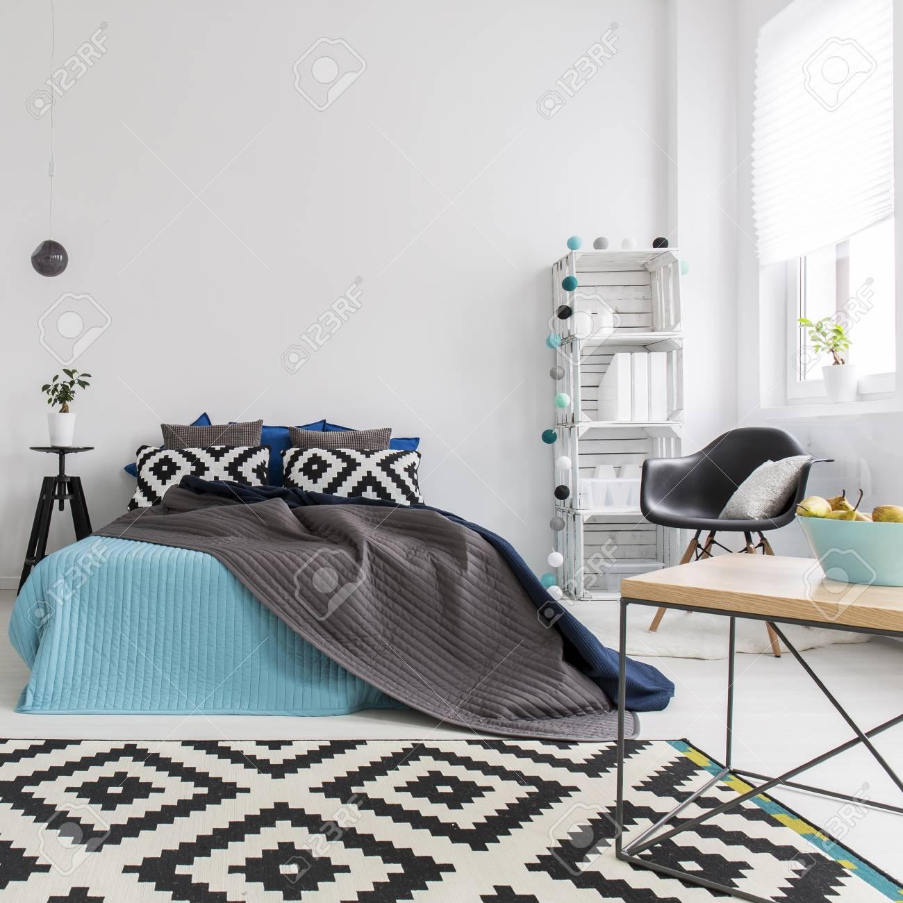 Full Size of Schwarzweiss Teppich Im Gemtlichen Schlafzimmer Mit Bett Luxus Schränke Wandlampe Günstige Wandleuchte Eckschrank Komplettes Lampe Weißes Wiemann Wandtattoo Schlafzimmer Teppich Schlafzimmer