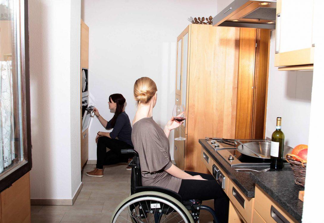 Large Size of Barrierefreie Kche Aus Massivholz Fr Rollstuhlfahrer Die Aufbewahrungsbehälter Küche Gardinen Für Hochschrank Industrie Hängeschränke Was Kostet Eine Neue Küche Behindertengerechte Küche