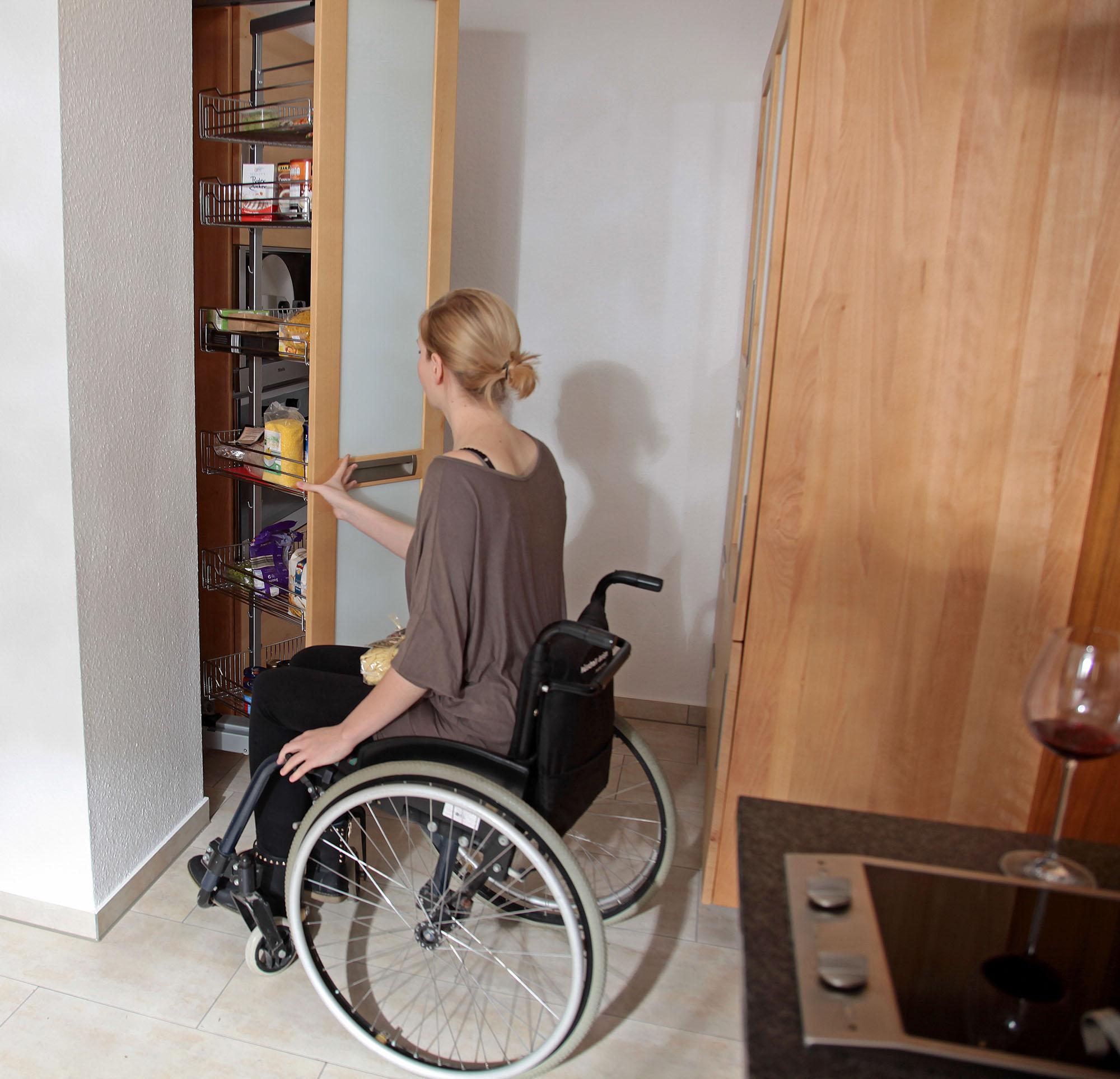 Full Size of Behindertengerechte Küche Barrierefreie Kche Aus Massivholz Fr Rollstuhlfahrer Die Hängeschrank Höhe Bank Fliesen Für Winkel Wandfliesen Läufer Küche Behindertengerechte Küche