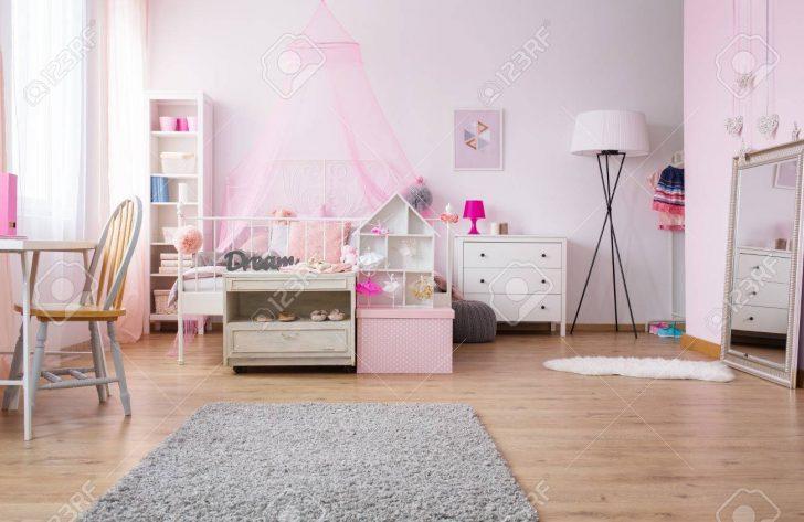 Medium Size of Rosa Und Gerumiges Mdchen Schlafzimmer Mit Bett Lampe Esstisch Stehlampen Wohnzimmer Bogenlampe Teppich Weißes Komplettangebote Landhausstil Komplettes Schlafzimmer Lampe Schlafzimmer